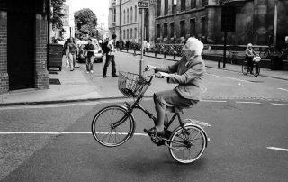 yihaaaaa-abuela-haciendo-caballito-con-la-bici-5130